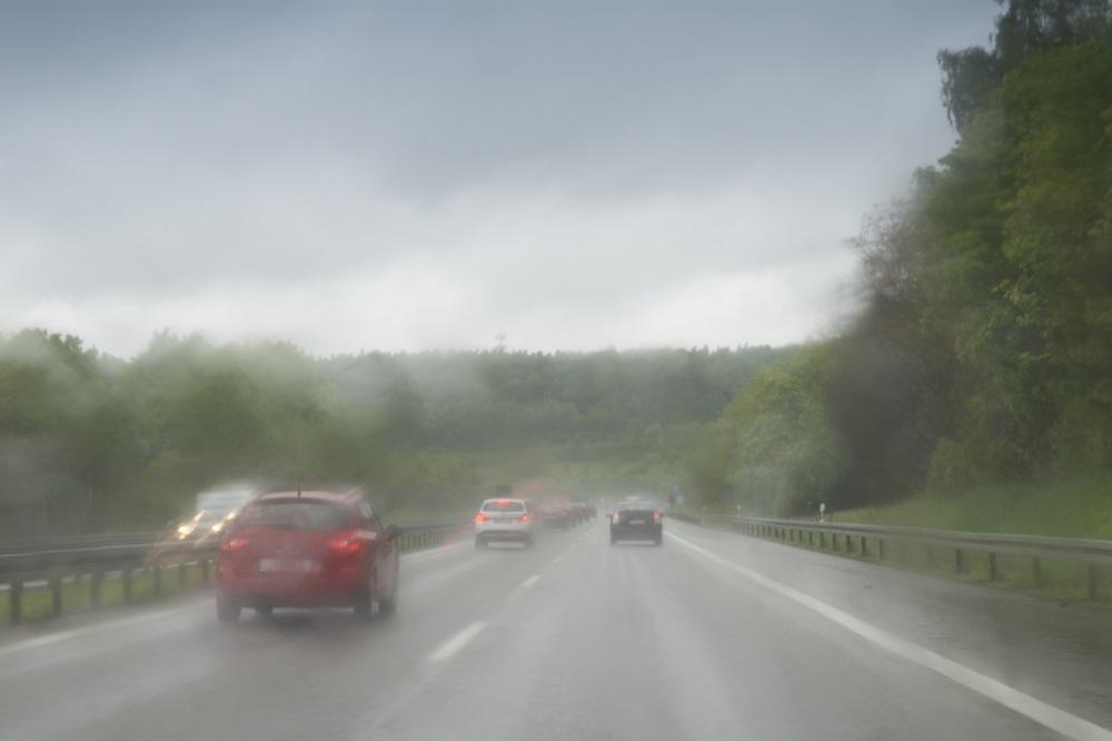 jazda samochodem w deszcz